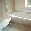 ゆったりくつろげる広い浴室