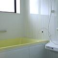 光が差し込む明るい浴室
